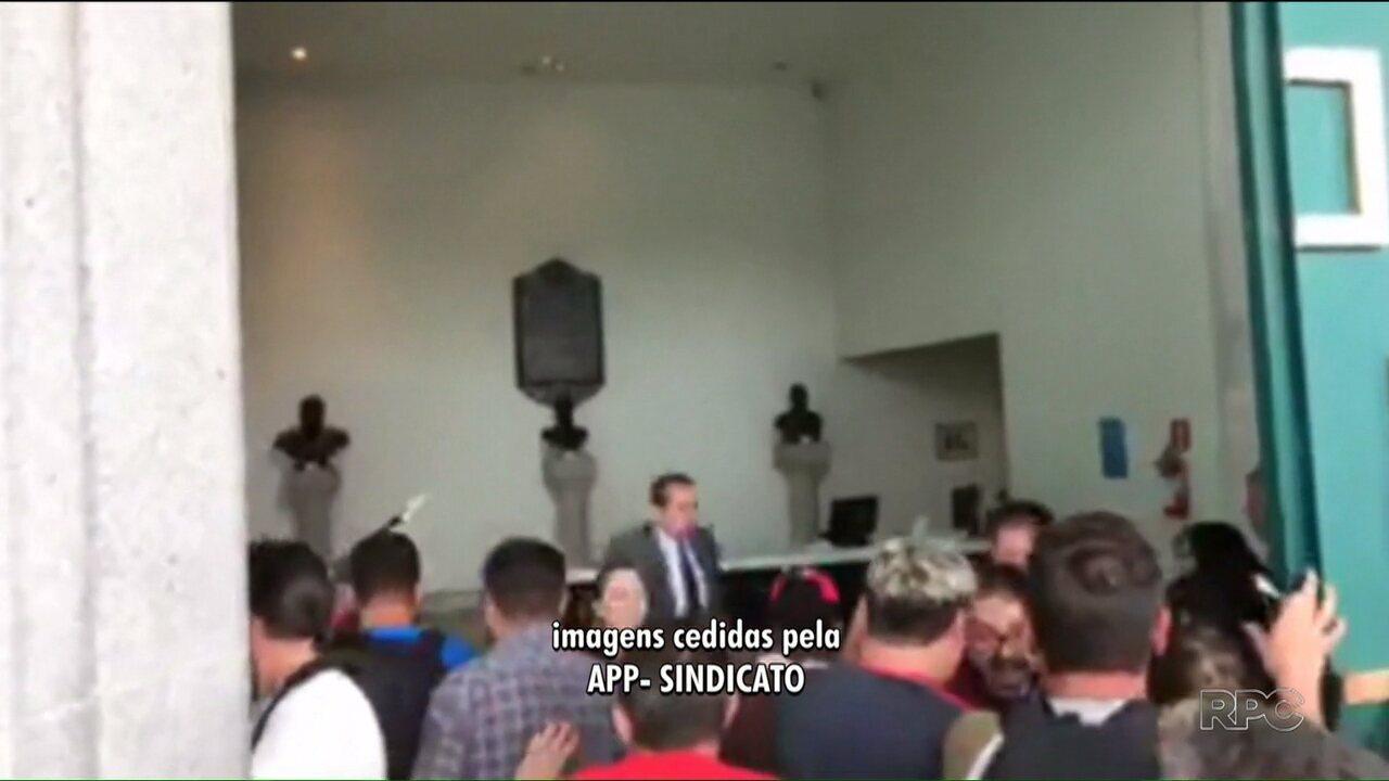 Professores ocupam Palácio Iguaçu durante protesto