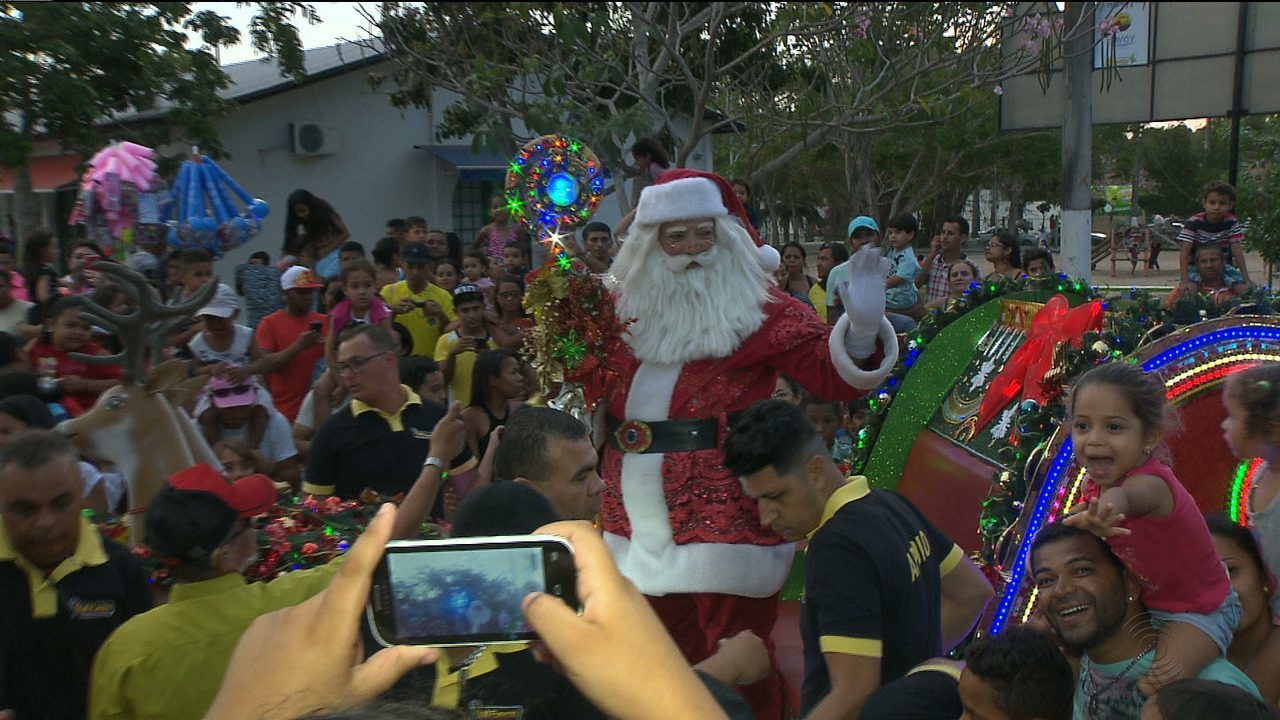 Chegada do Papai Noel reuniu milhares de pessoas no Parque da Criança, em Campina Grande