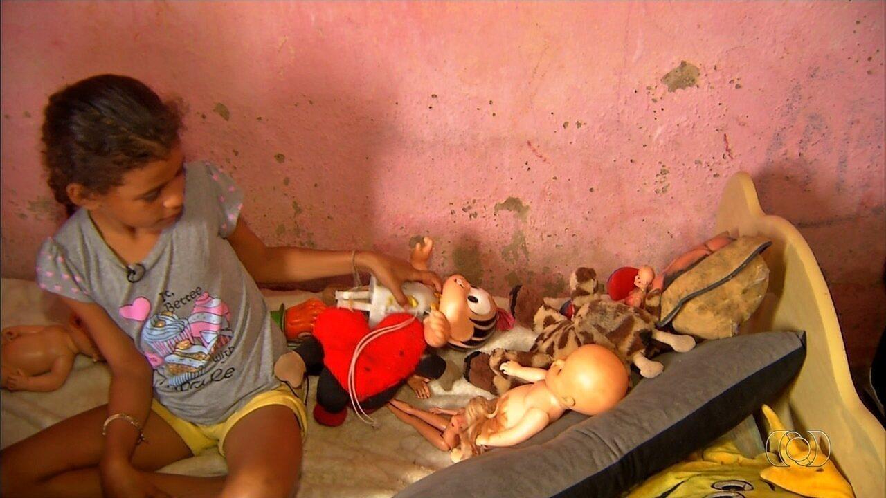 Famílias que trabalham com reciclagem transformam lixo em presentes de Natal para crianças