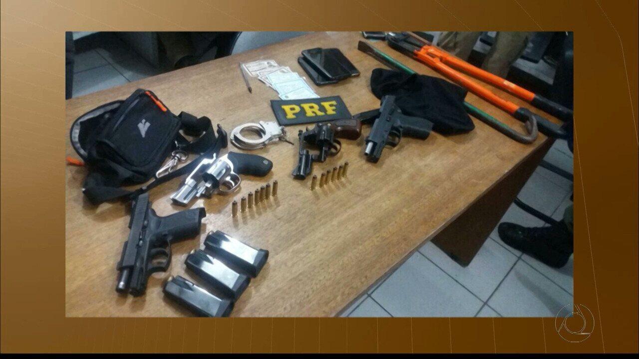 Três policiais militares e um homem foram presos pela Polícia Rodoviária Federal