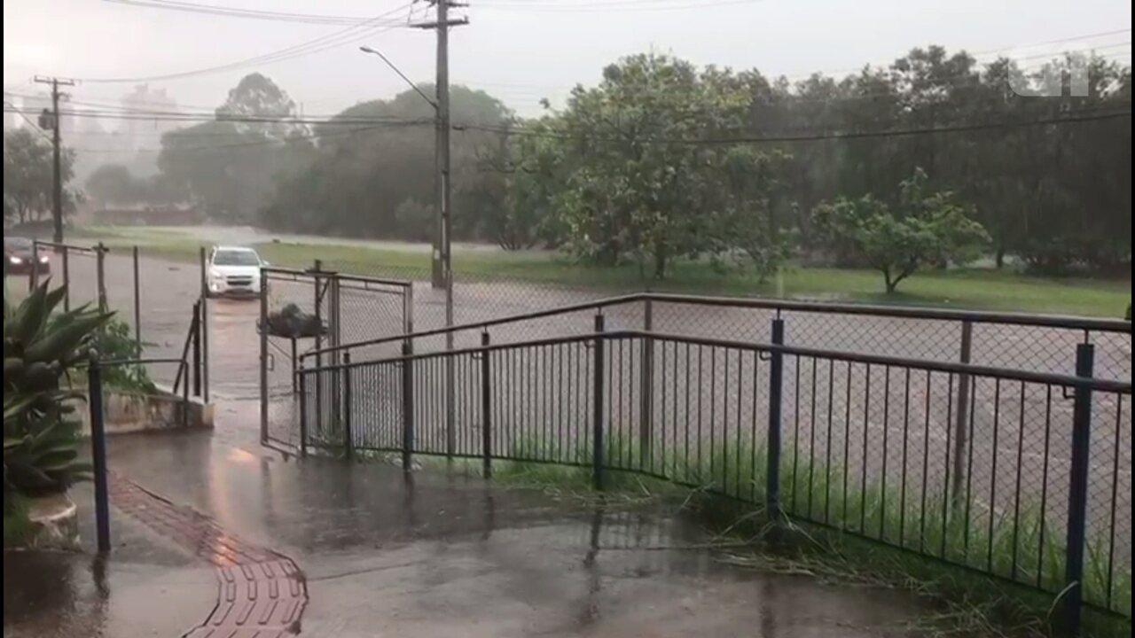 Chuva forte alaga rua em frente a CRAS, em Londrina, no norte do Paraná