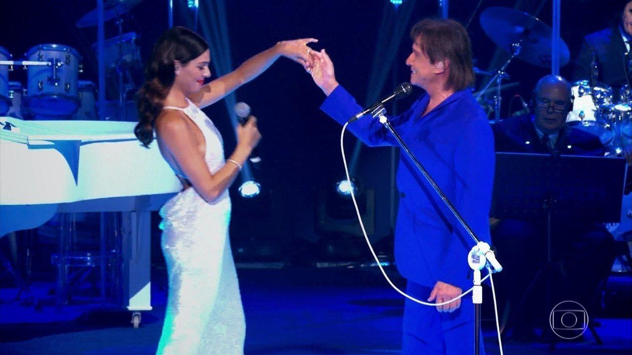 Roberto Carlos canta a música 'Sereia', com participação especial de Isis Valverde