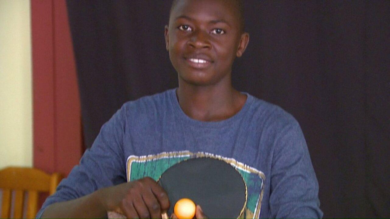 Haitiano improvisa tênis de mesa com chinelo e se destaca no esporte