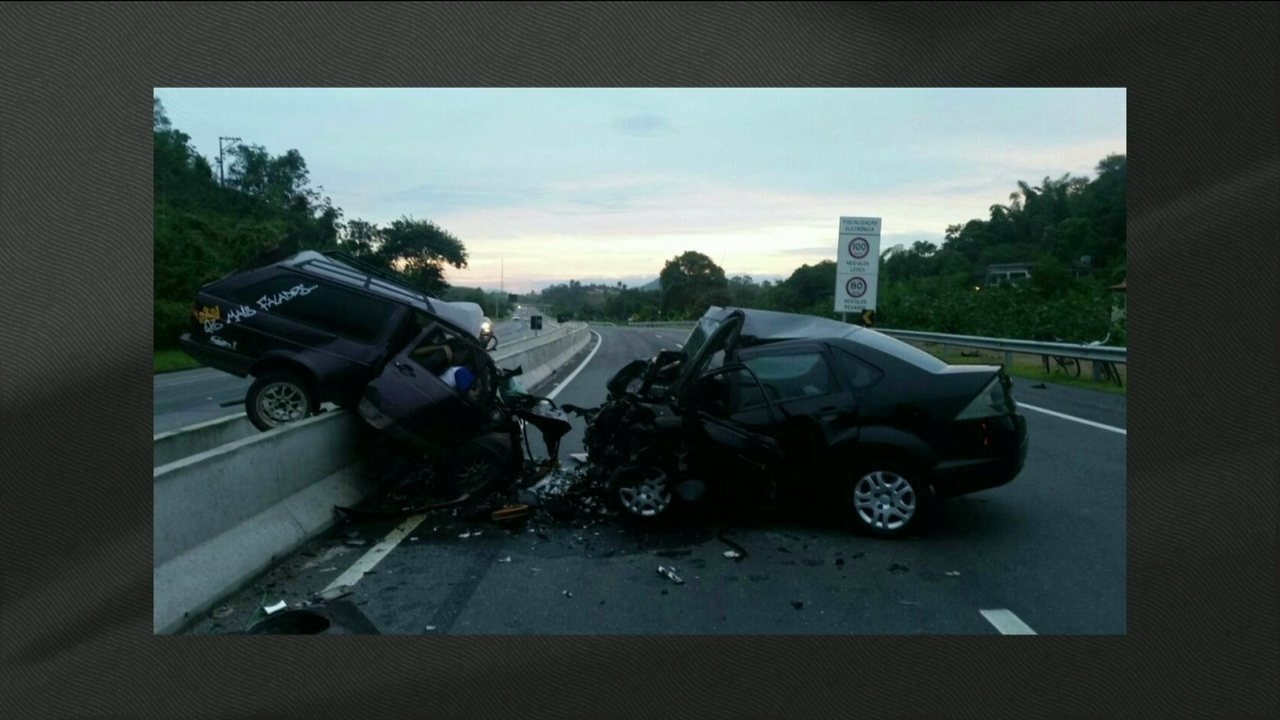 Dois acidentes deixam pelo menos dez mortos na BR-101