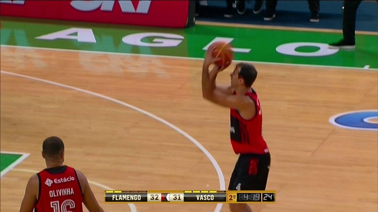 Marcelinho converte de três e vira o jogo - 2ºQ: 32 x 31