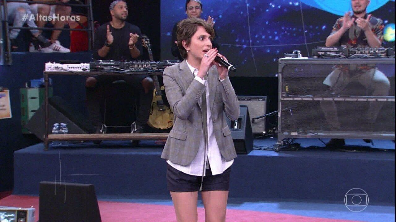 Carol Duarte canta