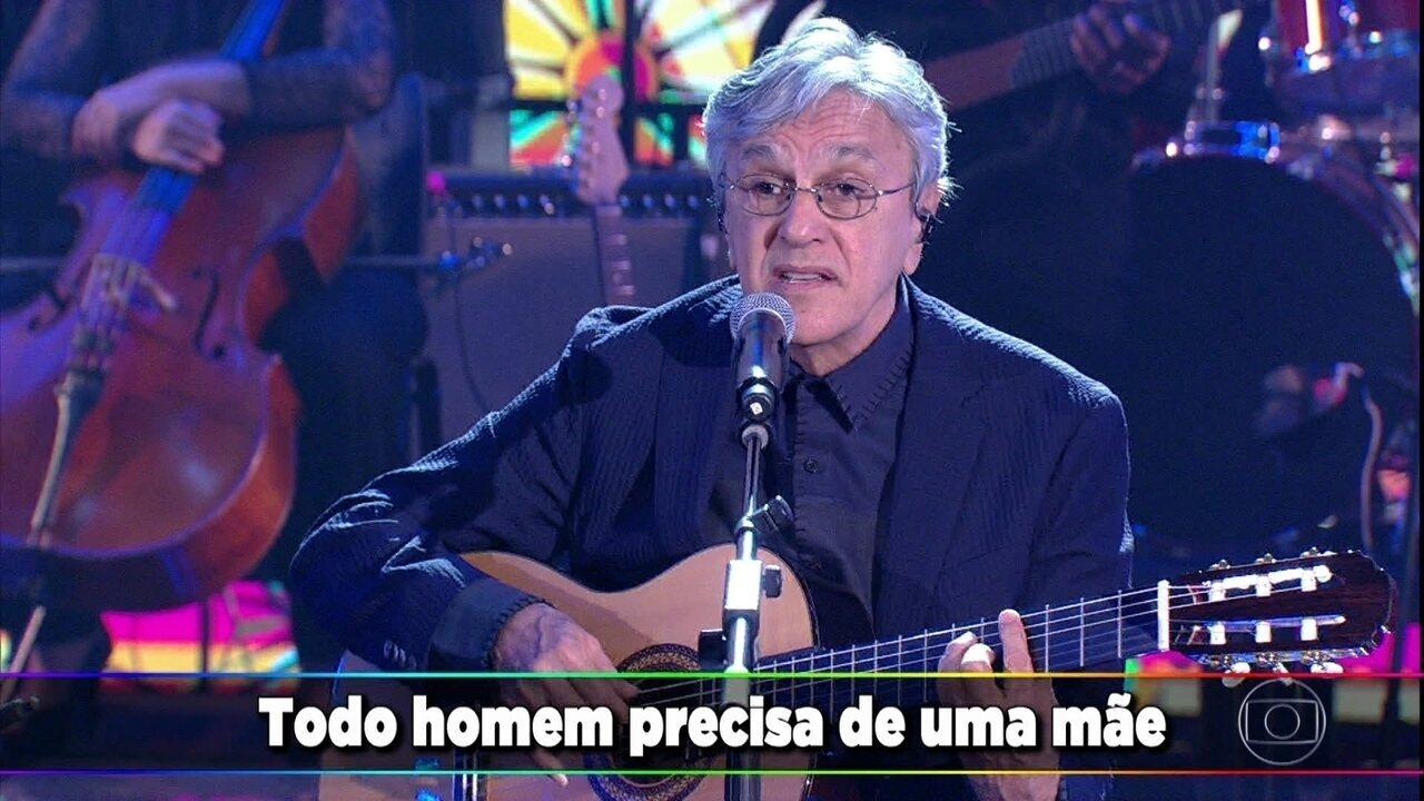 Caetano Veloso canta 'Todo Homem' com seus filhos