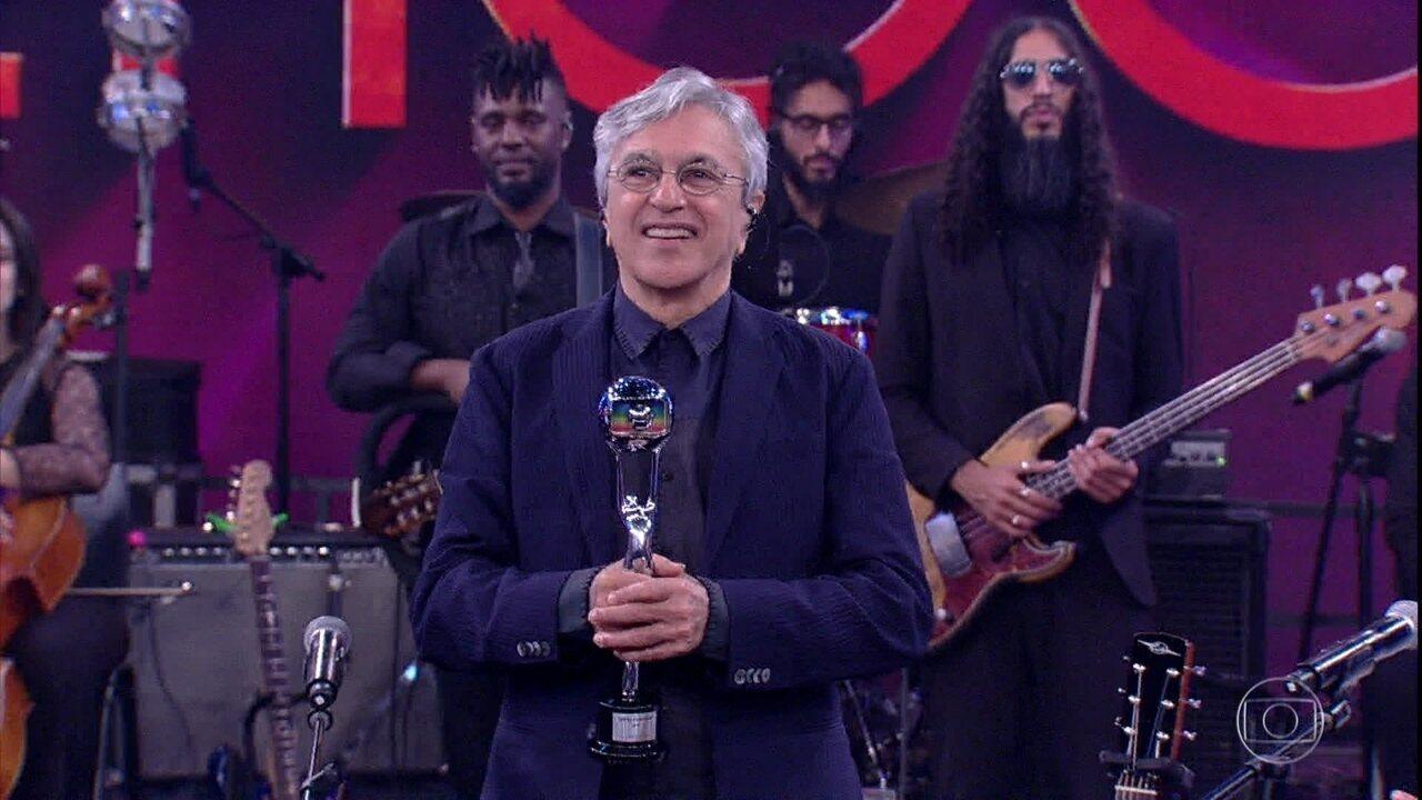 Caetano canta 'É Hoje' e é aplaudido de pé pela plateia