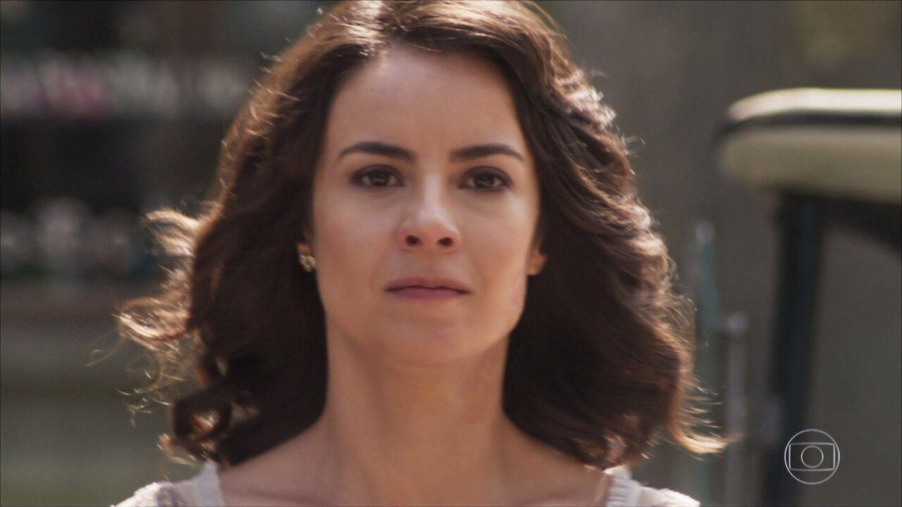 Lucinda se atira na frente de um carro e Inácio se desespera
