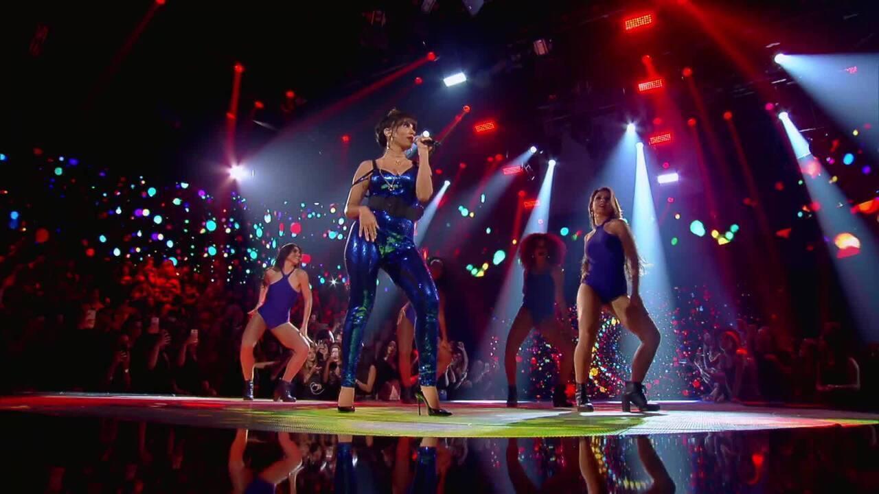 Anitta canta 'Downtown' e 'Paradinha'