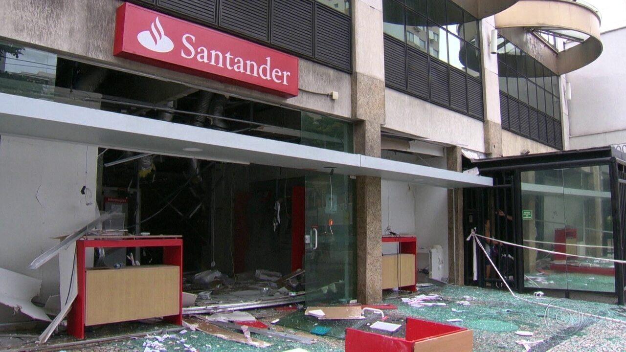 Bandidos armados com fuzis fecham rua, em Botafogo, e explodem agência bancária