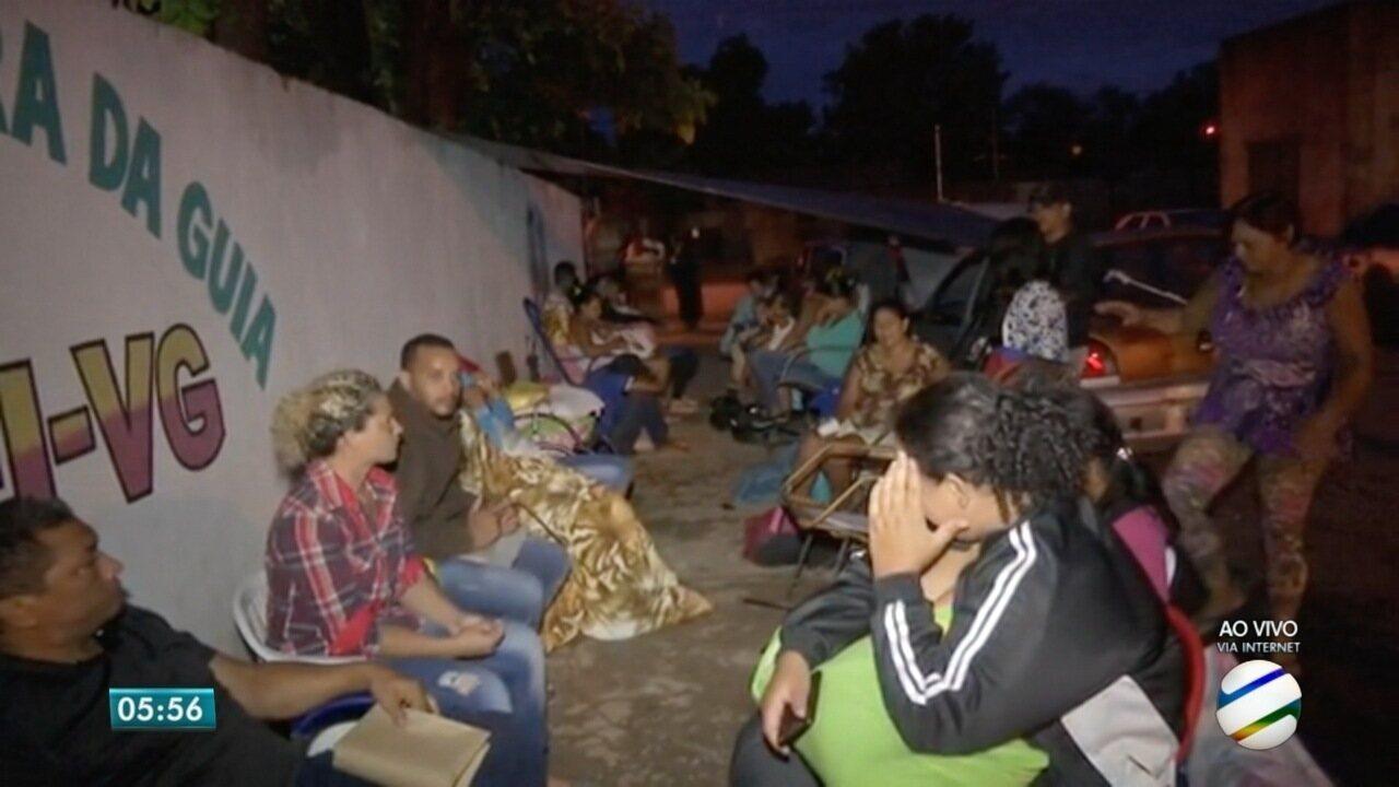 Pais dormem na fila para tentar uma vaga em creche de Várzea Grande