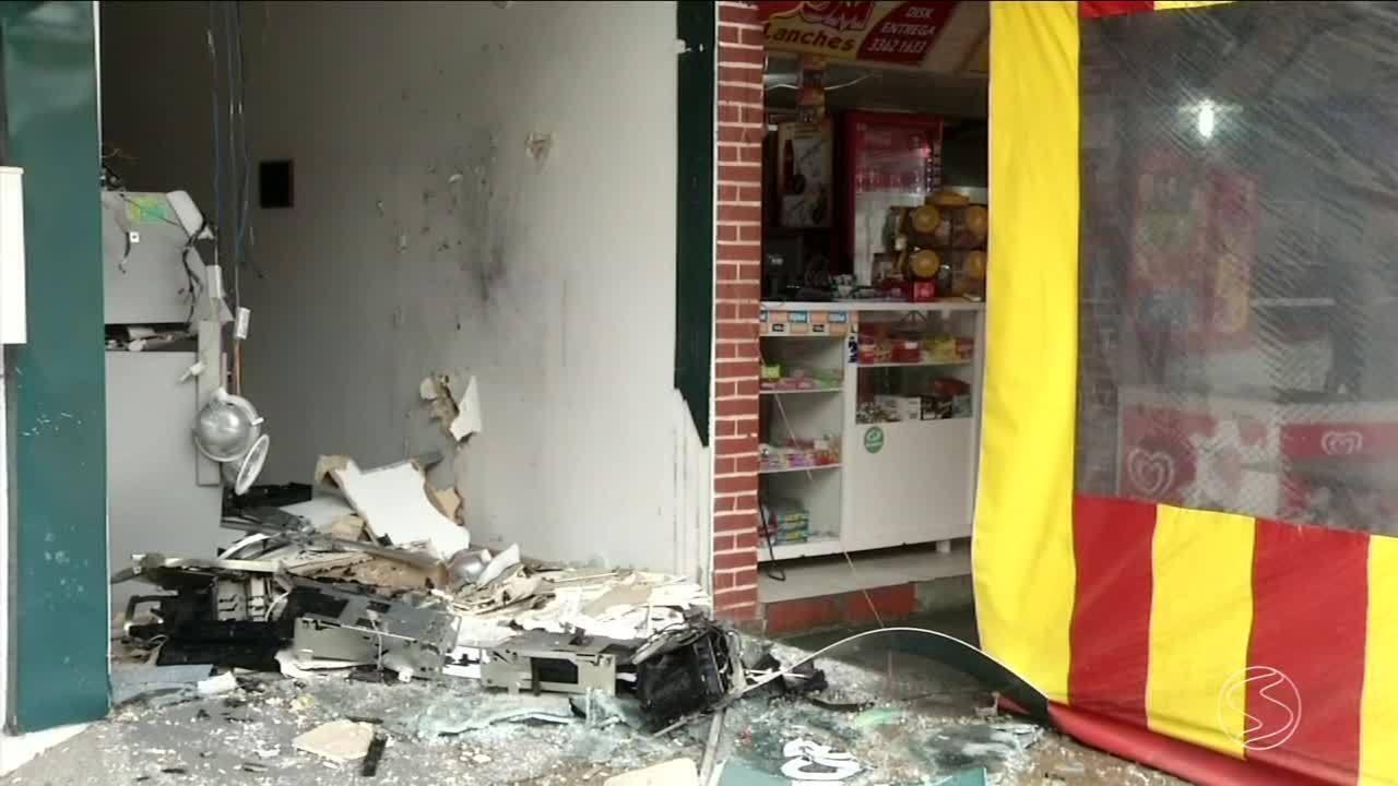 Fortemente armados, bandidos explodem caixas eletrônicos em vila residencial de Angra, RJ