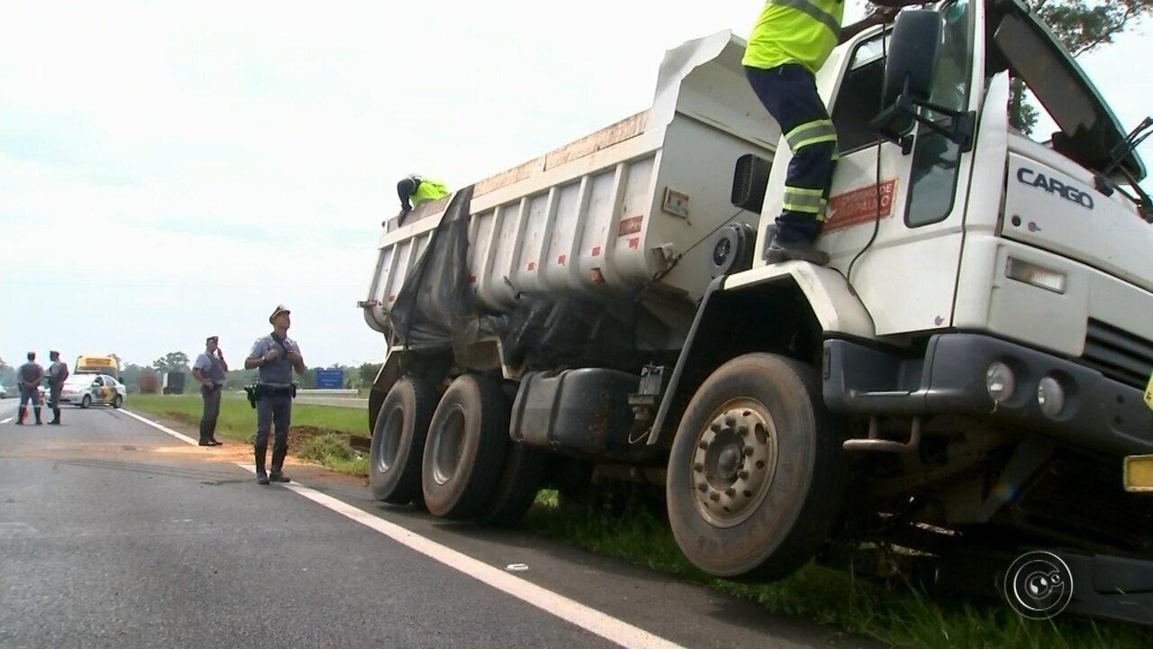 Caminhão tomba na SP-225 e deixa pista interditada por duas horas em Bauru