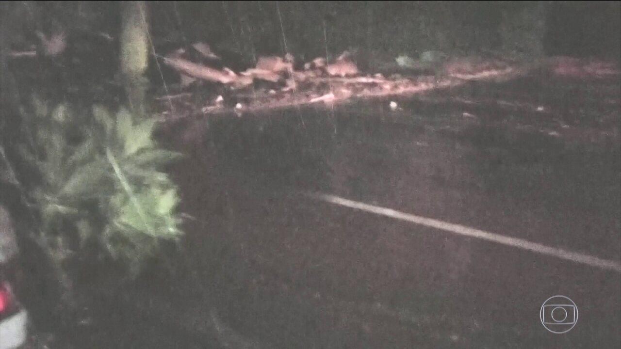 Vídeo mostra momento em que homem avisa motorista para fugir de avalanche