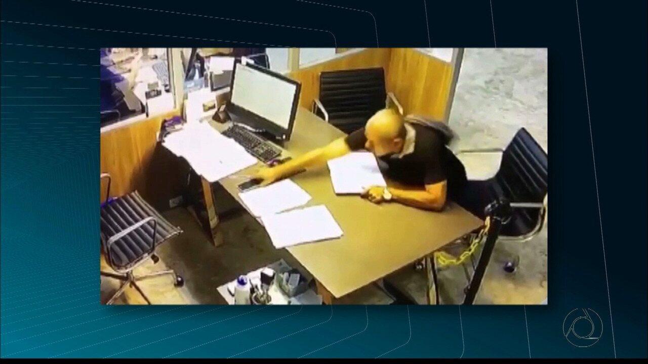 Homem rouba celular de funcionário dentro de cartório em João Pessoa