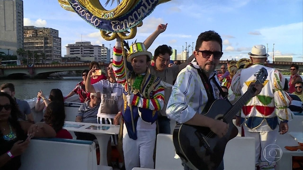 Blocos líricos animam passeios de catamarã no Rio Capibaribe