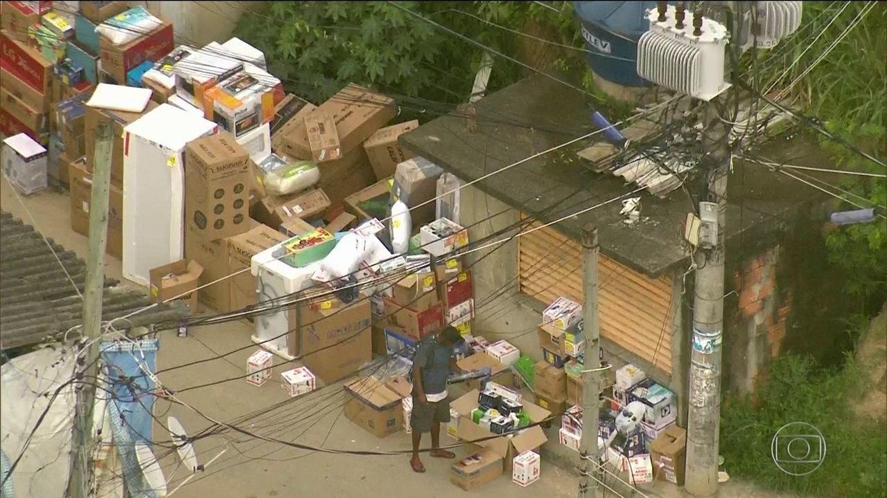 Globocop faz mais um flagrante de cargas roubadas em favela do RJ