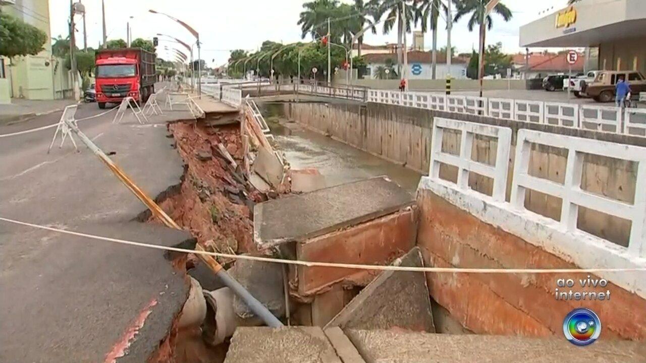 Muro de contenção de córrego desmorona e parte de avenida de Birigui é interditada