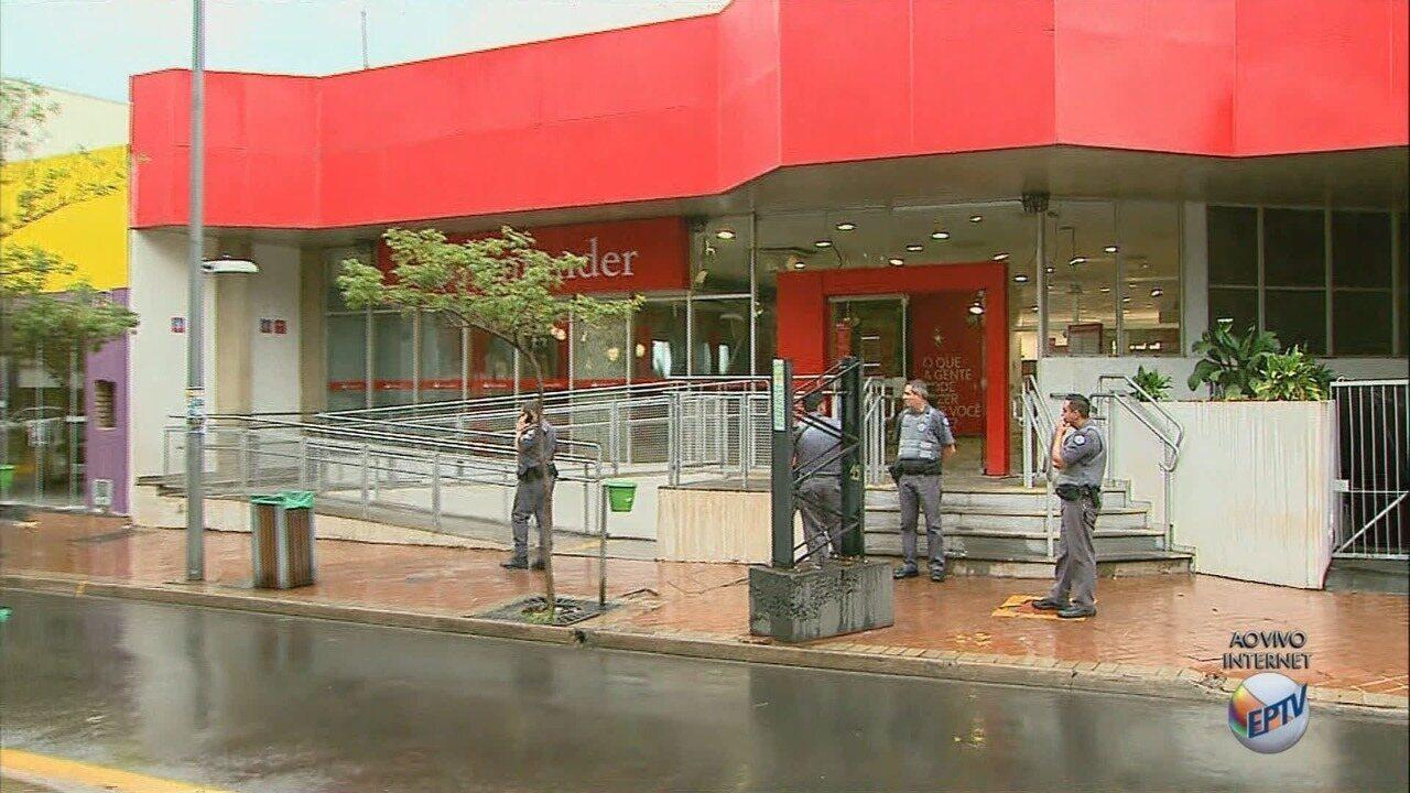 Grupo explode e rouba três caixas eletrônicos no Centro de Sertãozinho, SP