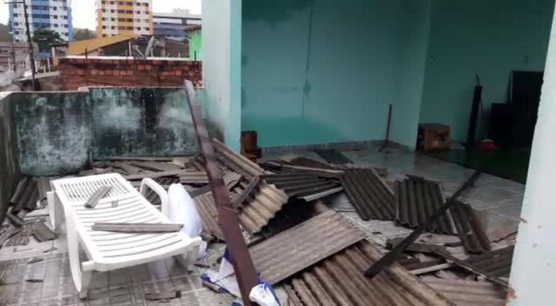 Raio destrói telhado de casa em Cruz das Almas, em Maceió