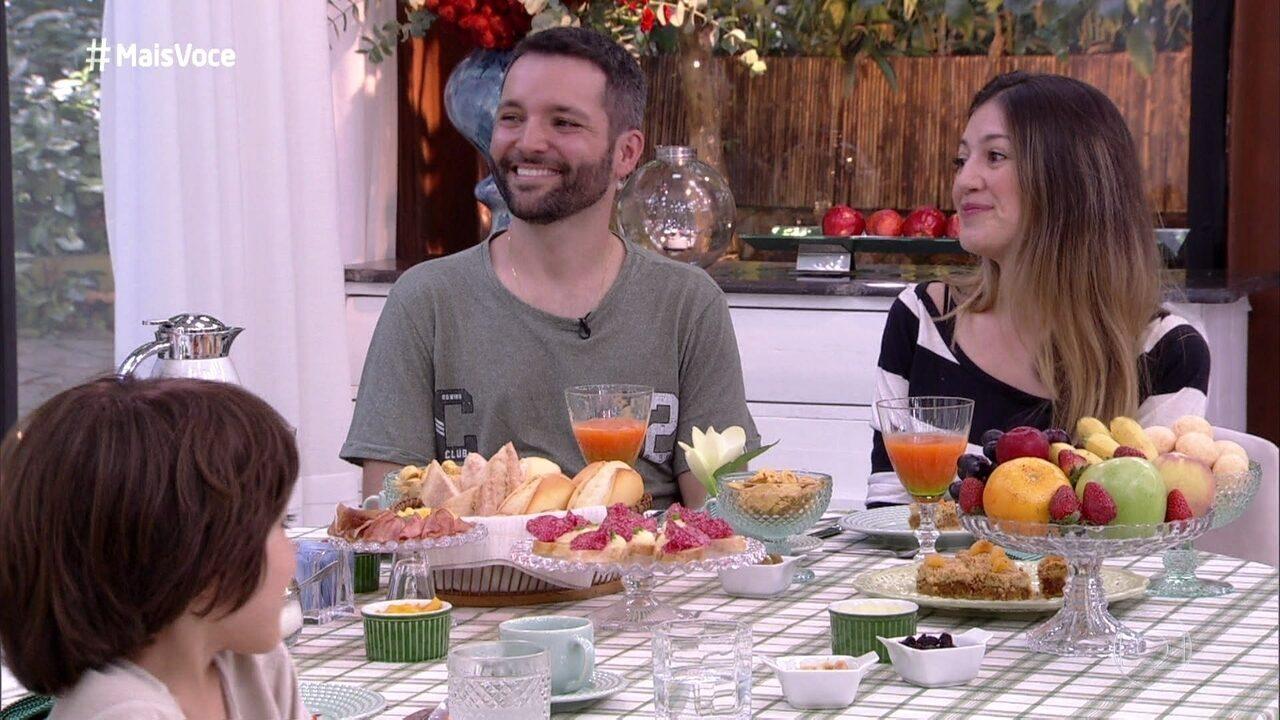 Ana Maria conversa com os pais de Theo sobre a rotina do menino