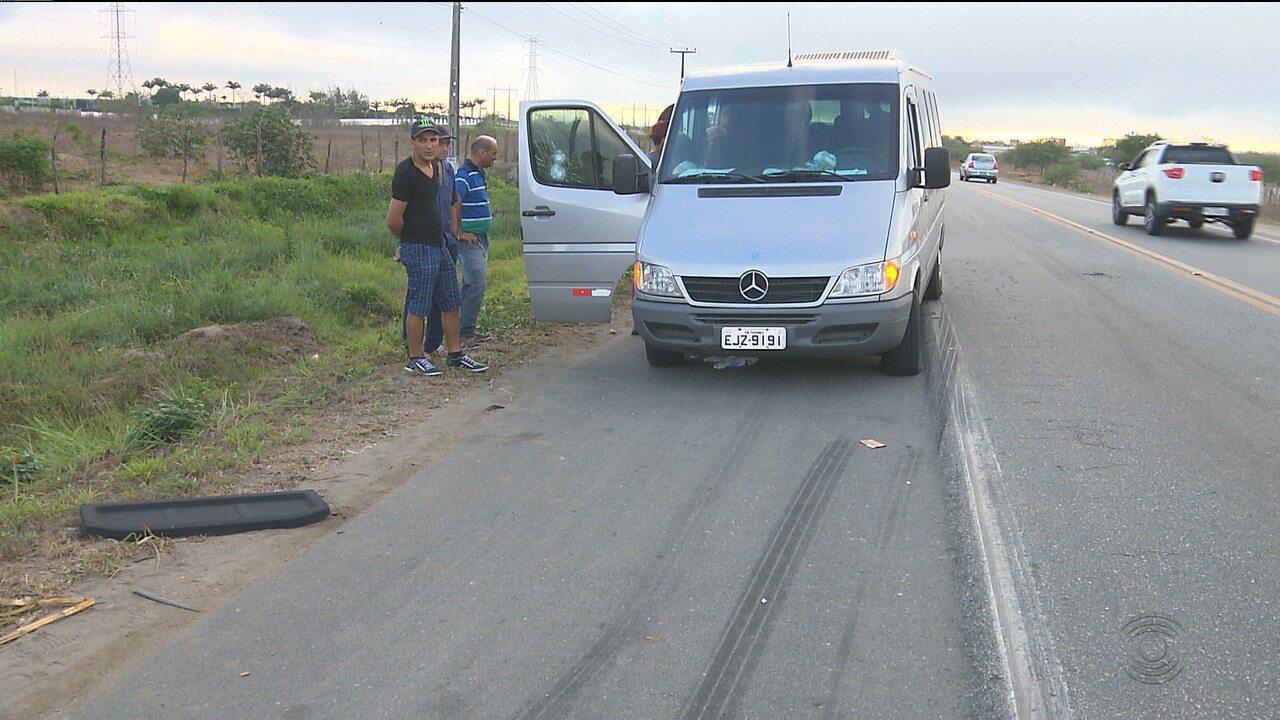 Bandidos abrem fogo contra Van que transportava adultos e crianças na BR-230, em CG