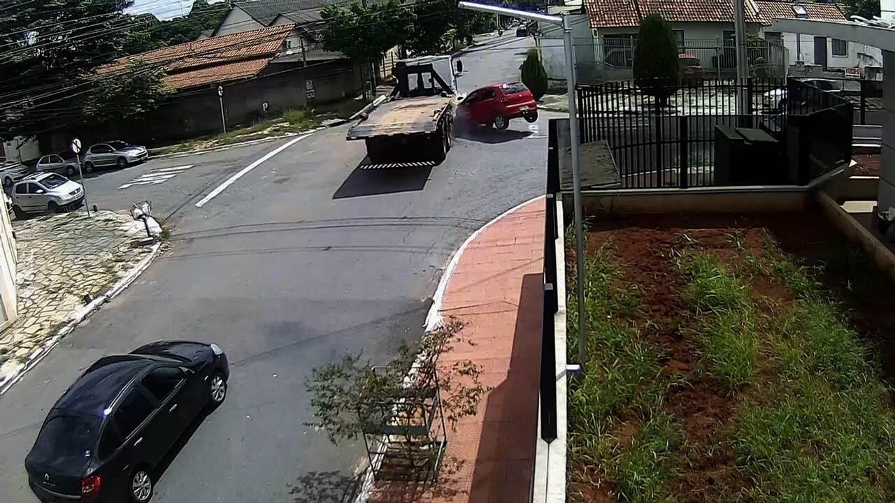 Menor em carro roubado é perseguido pela PM, bate em caminhão e provoca incêndio; vídeo