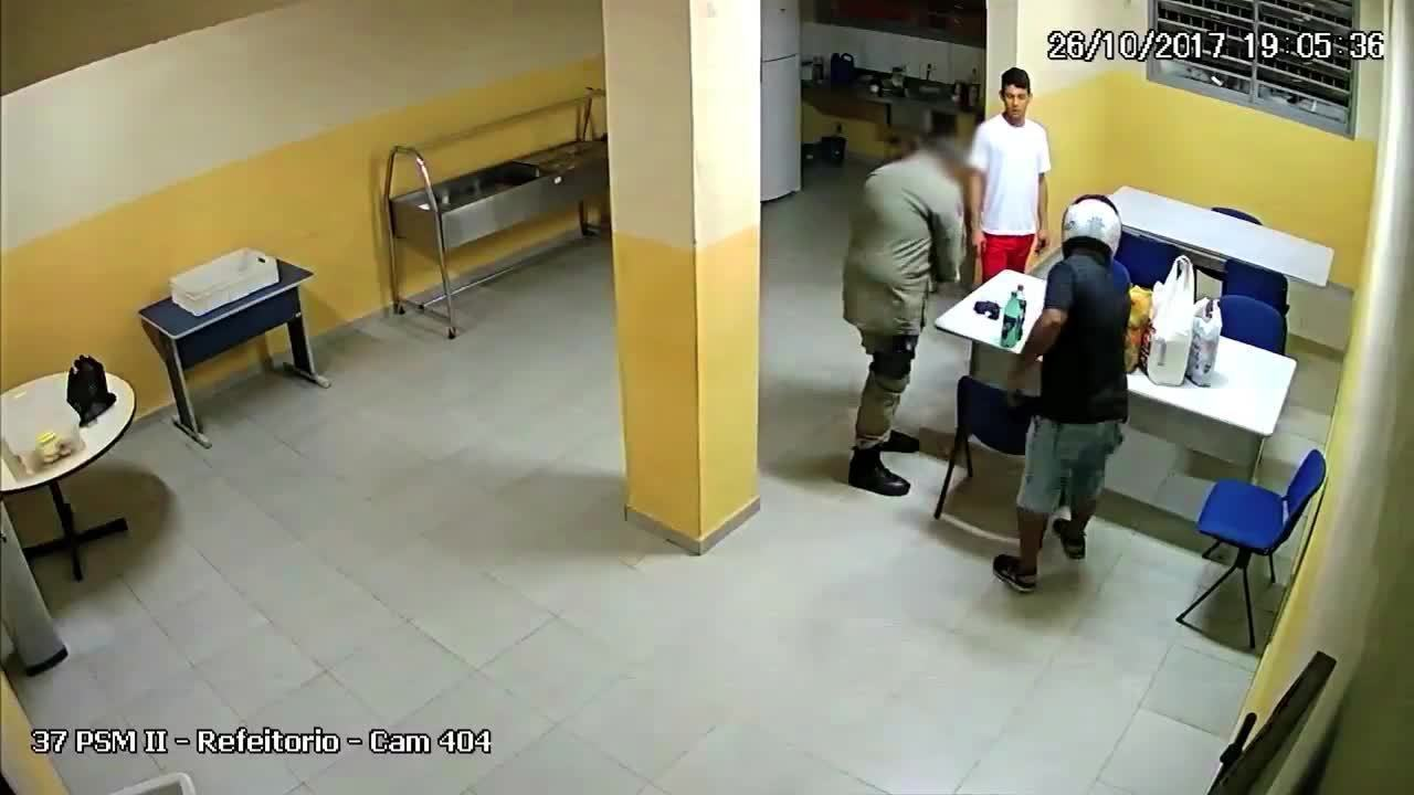Imagens do circuito de segurança mostram entrega de lanches em presídio de Maceió