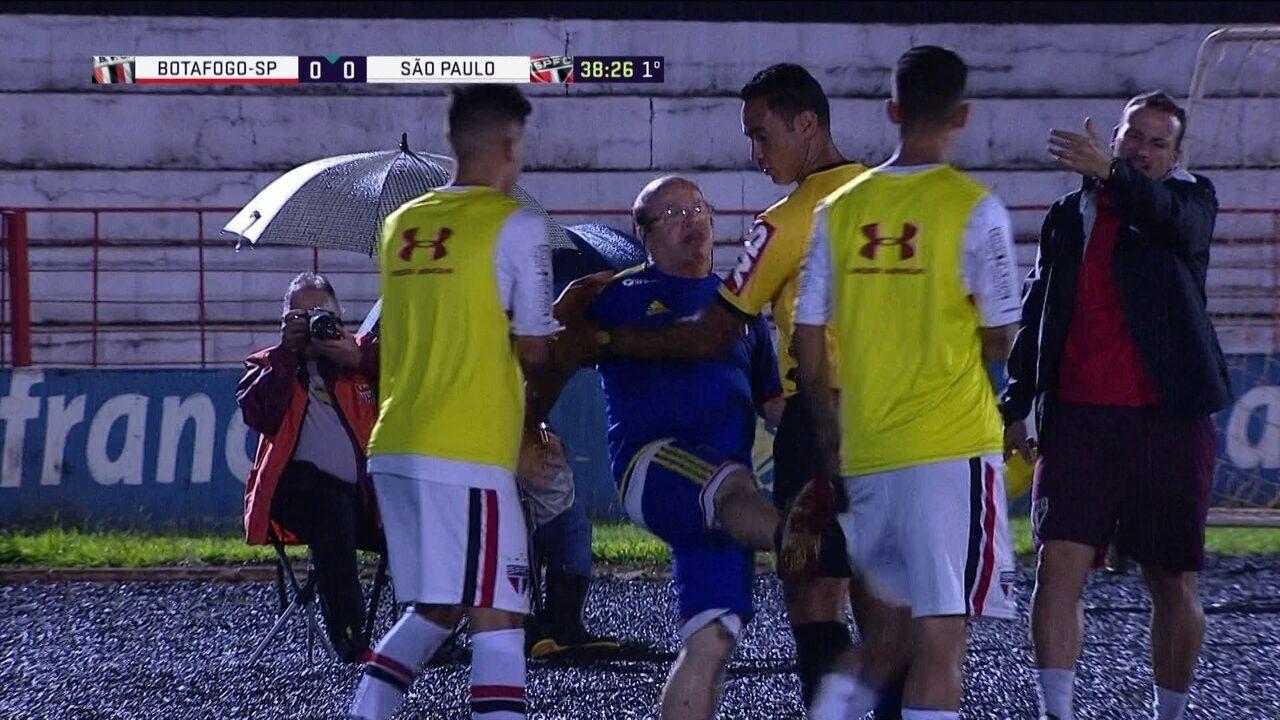 Gandula discute com Liziero e chuta reserva do São Paulo aos 39 do 1º tempo 5cf29ee050692