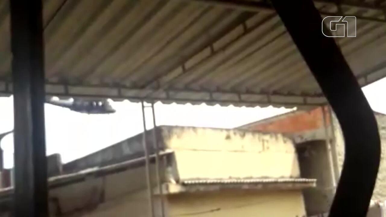 Helicóptero da Polícia Civil passa atirando durante sobrevoo no Jacarezinho