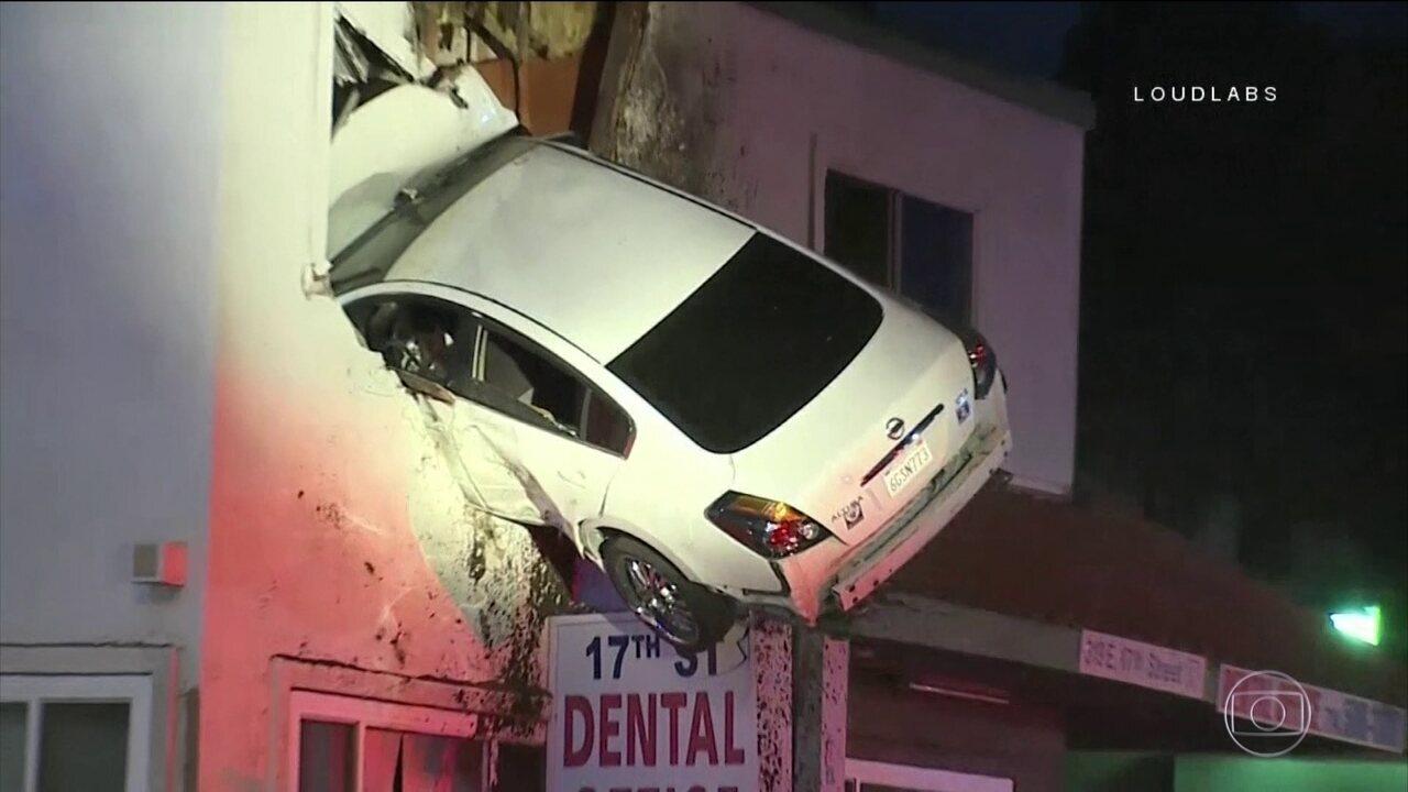 Motorista perde controle e carro para no segundo andar de casa