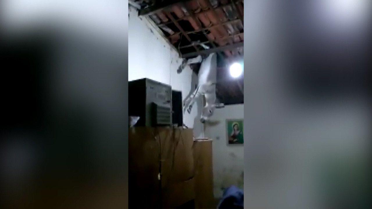 Jumento cai em cima de telhado de casa em Cajazeiras, Sertão da Paraíba