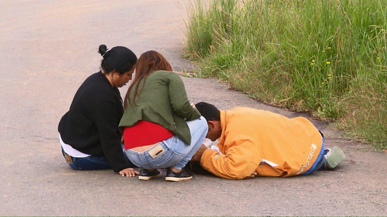 Família espera mais de 13 horas por IML e vela corpo de jovem na rua
