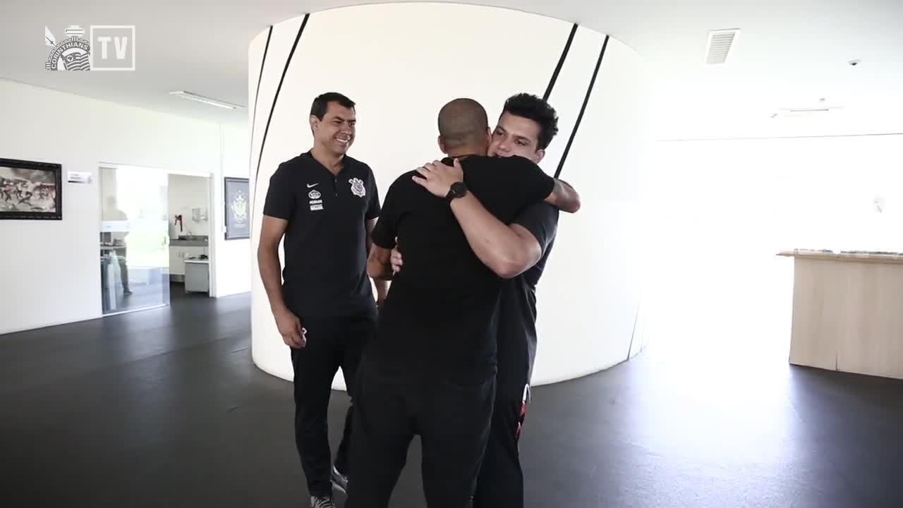 Emerson Sheik volta ao Corinthians e reencontra Carille