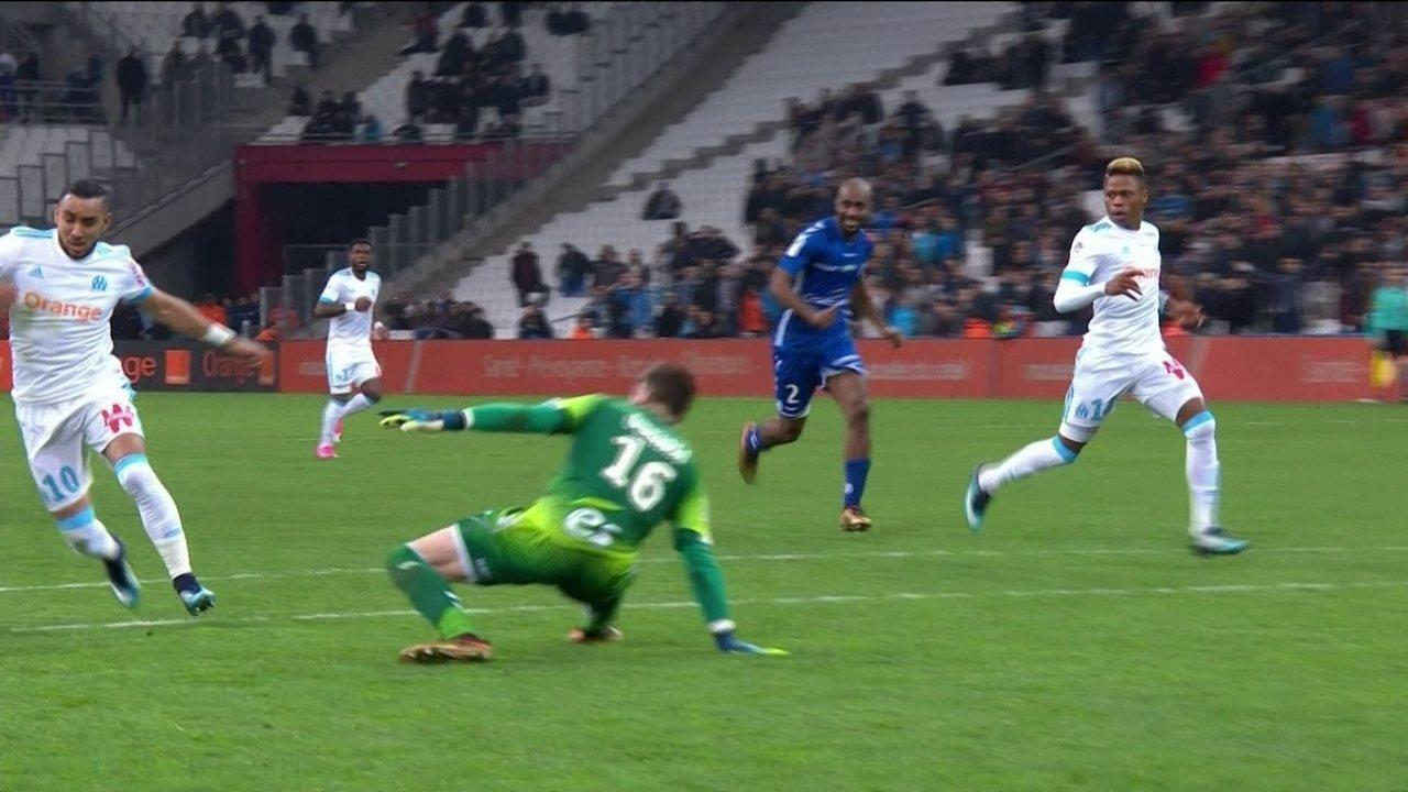 Goleiro do Strasbourg se lesiona ao levar drible de atacante do Olympique e sai de maca