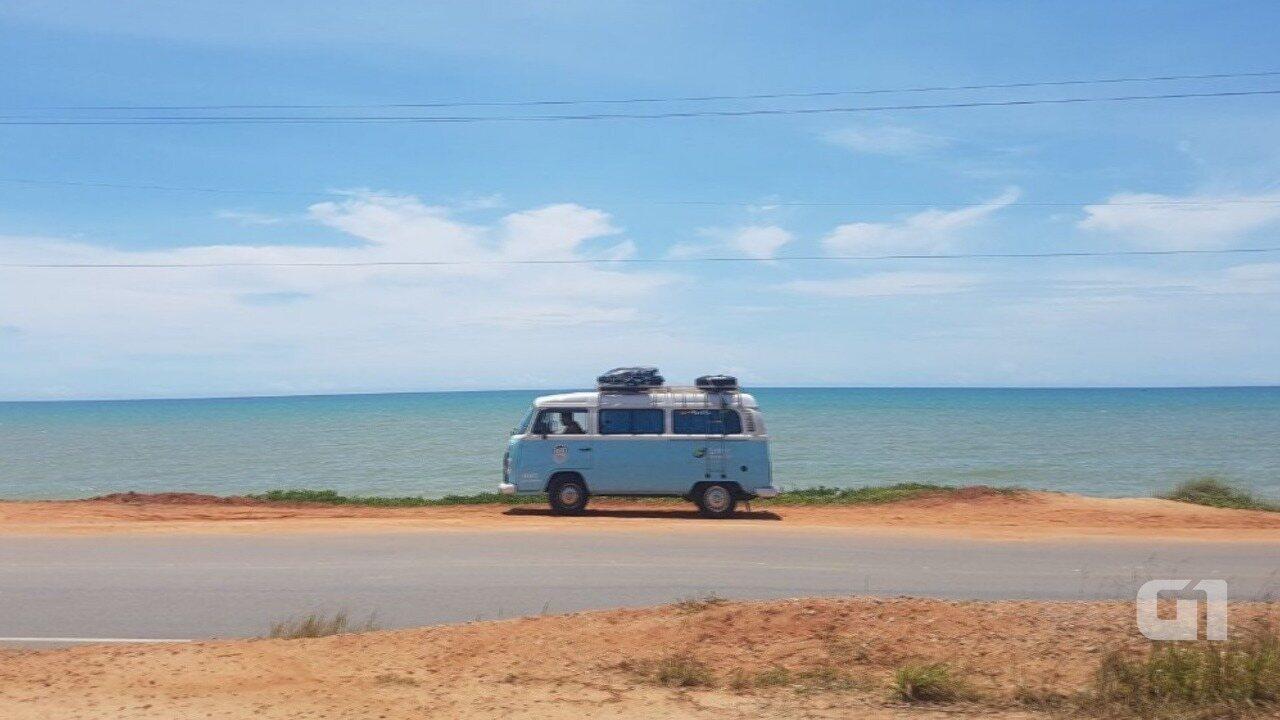Casal larga tudo para conhecer litoral do Brasil: conheça a Kombi que virou a 'casa' deles