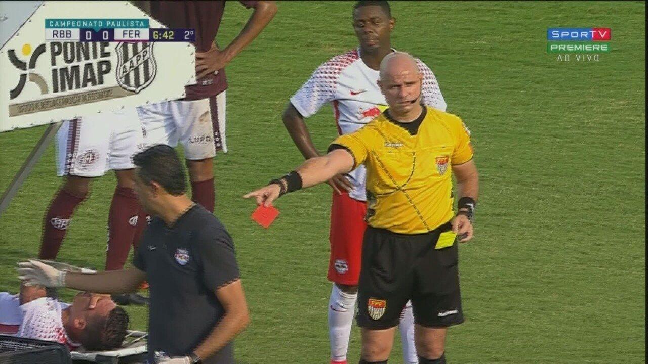 Rodrigo Andrade comete falta, recebe o segundo amarelo e é expulso na maca