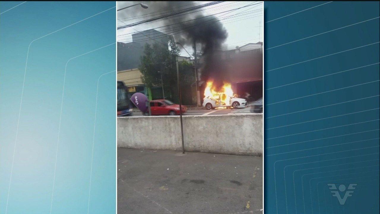 Homem tem carro queimado no Centro de Santos