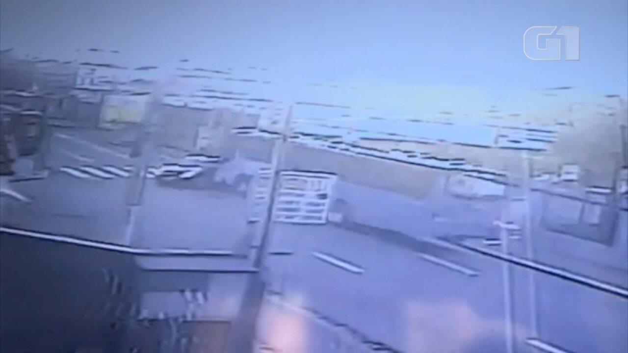 Carro bate em ônibus em São José dos Campos
