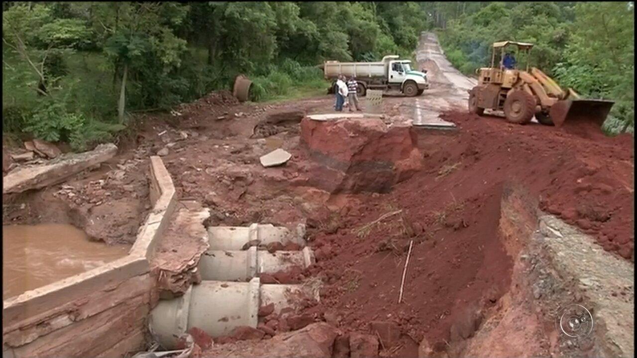 Trecho de vicinal é interditado após ponte cair com forte chuva em Itararé