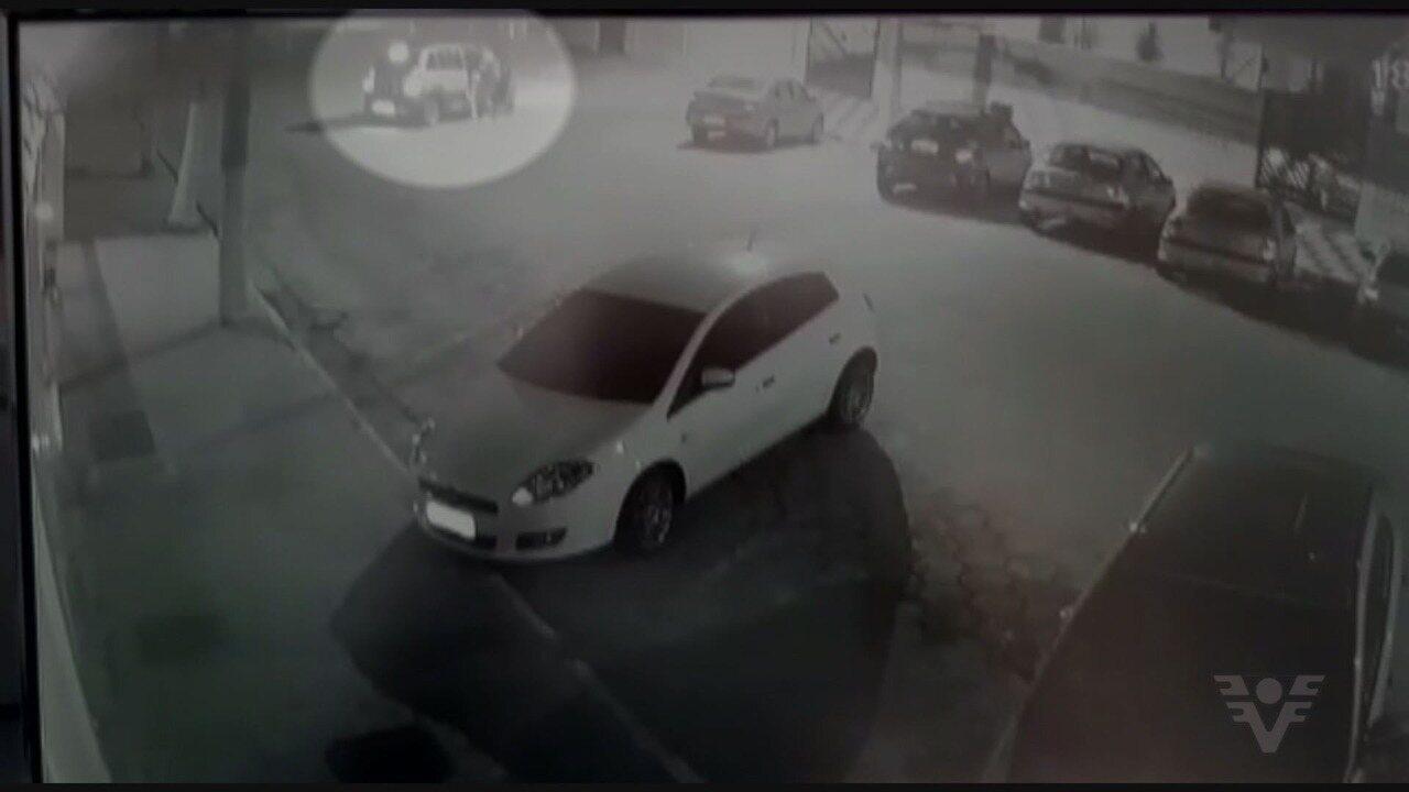 Vídeo flagra casal sendo assaltado em Guarujá, SP