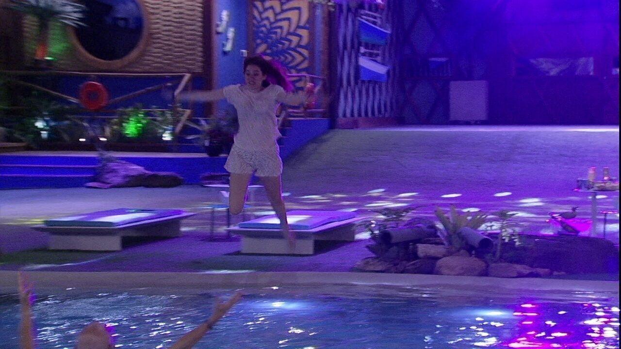 Ana Clara pula na piscina e abraça Ayrton