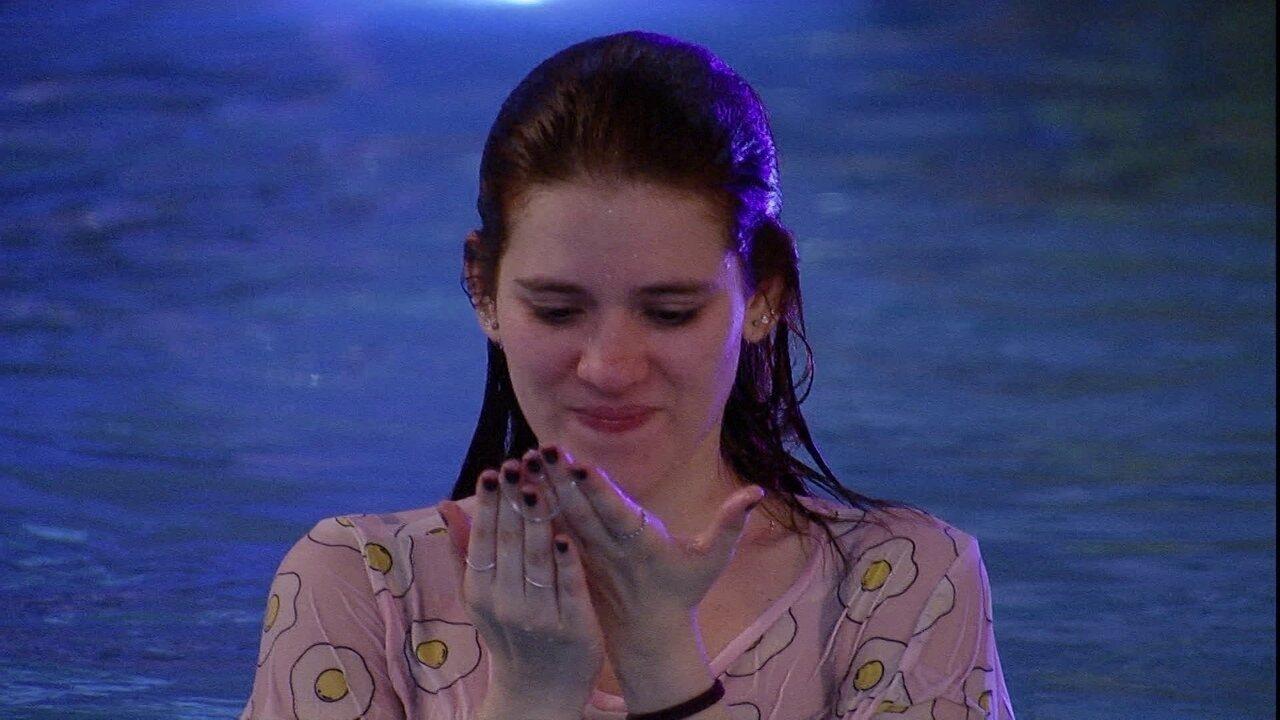 Ana Clara encontra escapulário na piscina