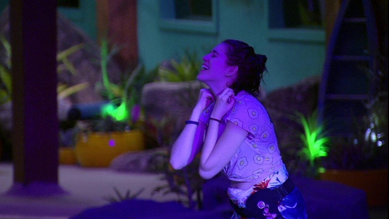 Ana Clara se empolga com música de Simone e Simaria