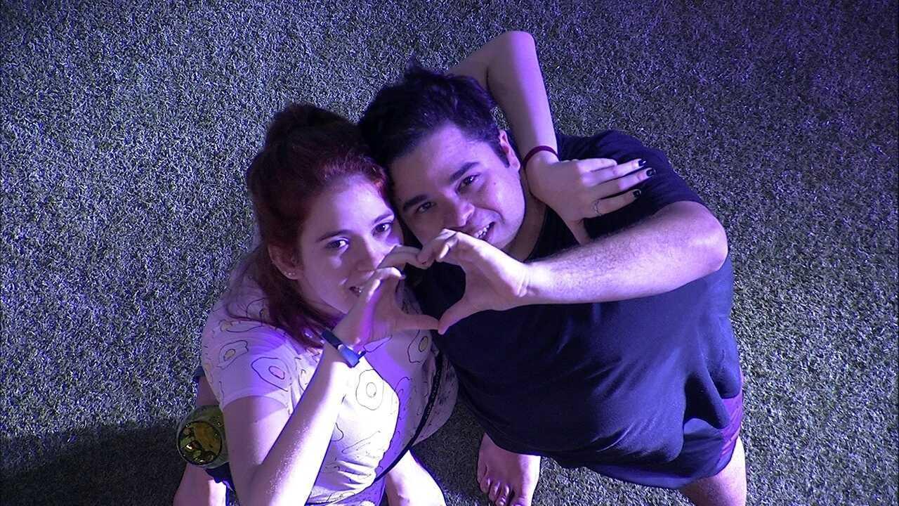 Jorge e Ana Clara fazem coração com as mãos