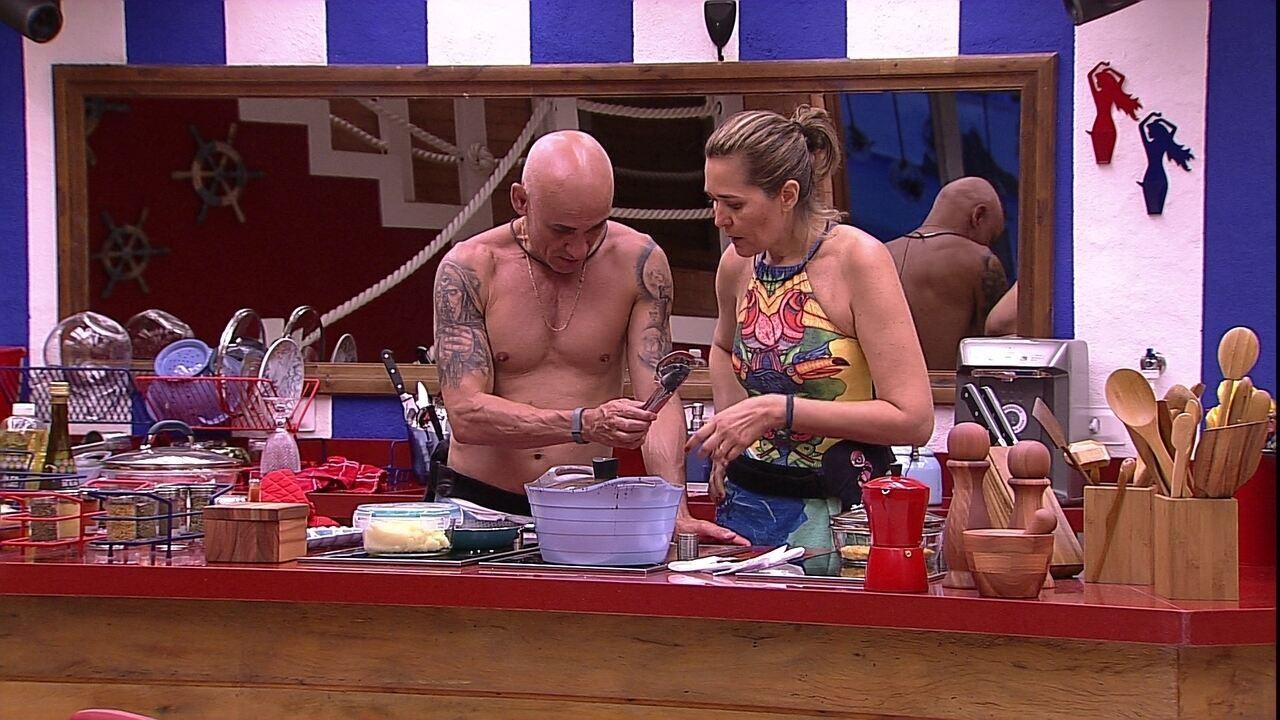 Eva e Ayrton fritam peixe juntos