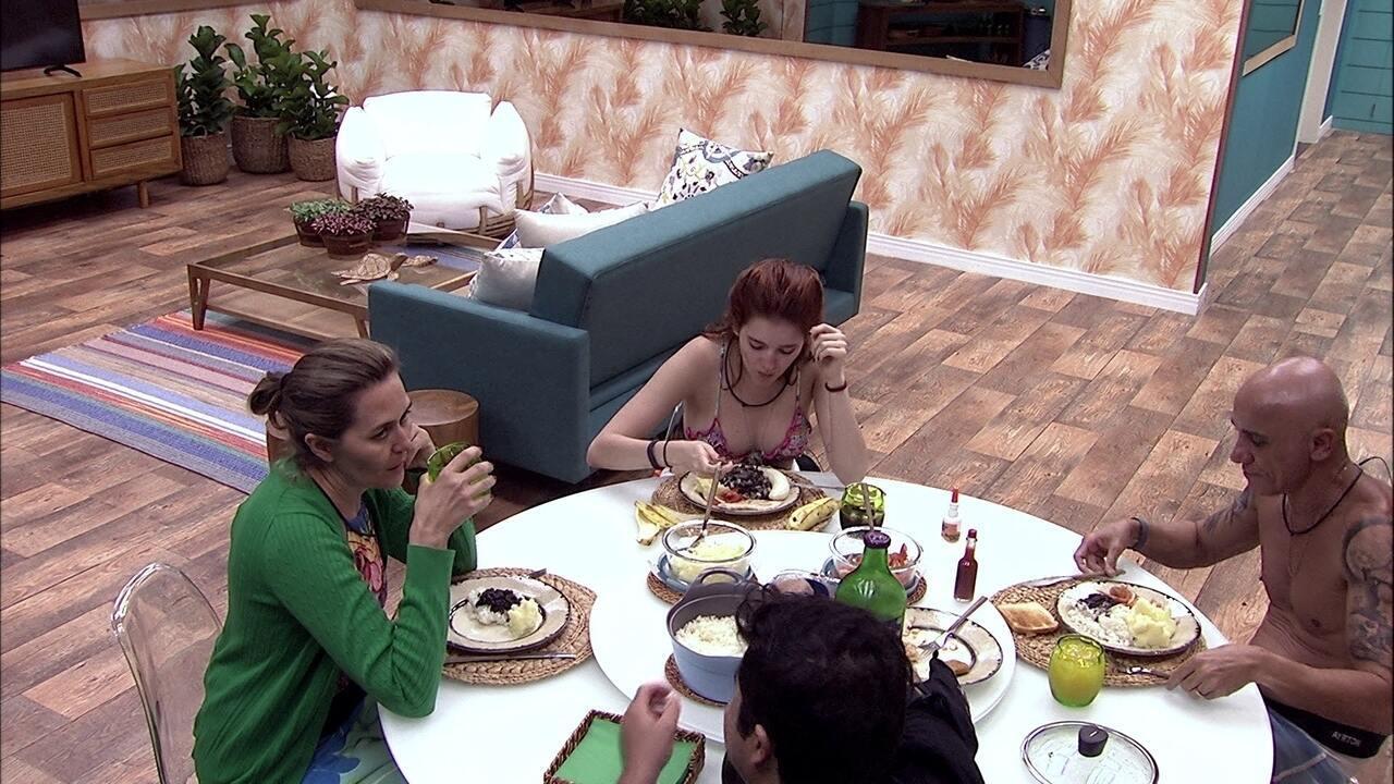 Ana Clara, Ayrton, Eva e Jorge almoçam juntos