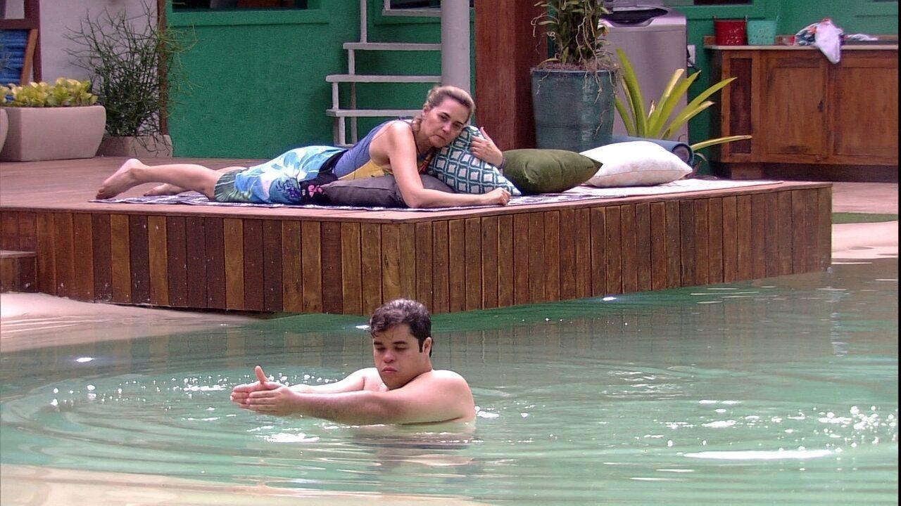 Jorge aproveita piscina, enquanto Eva descansa na área externa