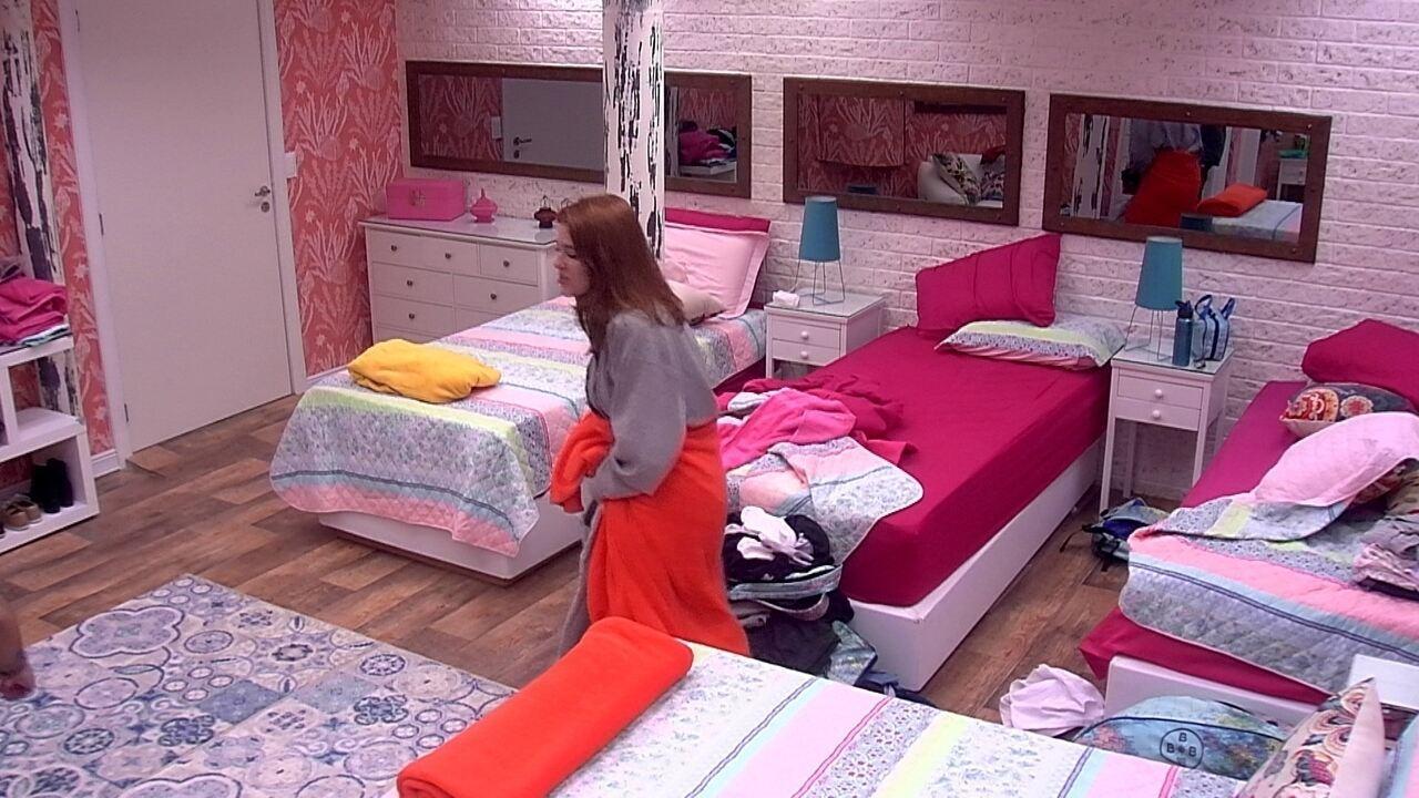 Ana Clara troca de roupa e coloca pijama